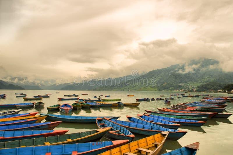 Barche variopinte sul lago Phewa immagine stock