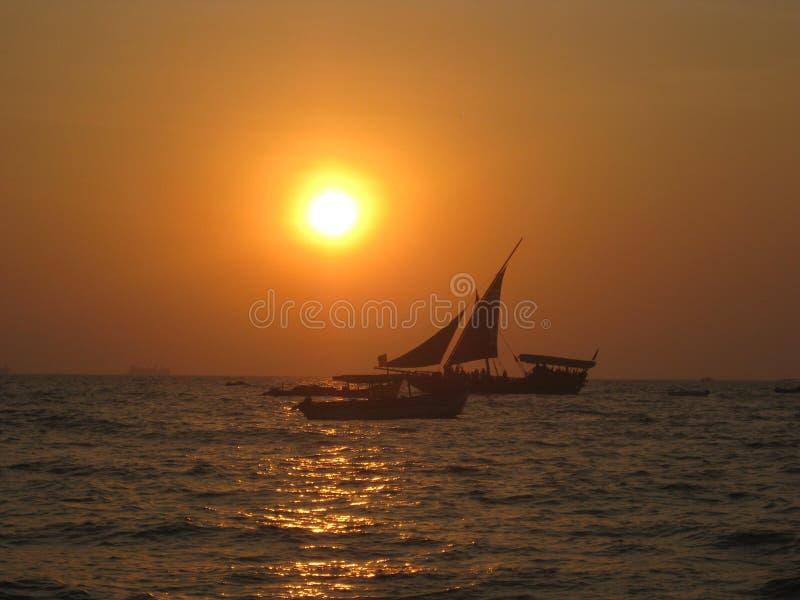 Barche a vela al tramonto immagine stock