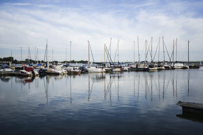 Barche a vela ancorate in marinaio in Kamien Pomorski immagini stock