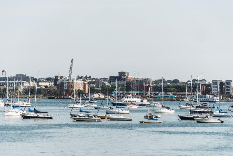 Barche a vela ancorate su Charles River davanti alla vecchia parte della città di Boston in Massachusetts U.S.A. fotografie stock