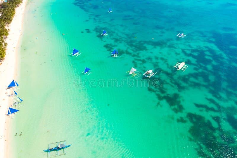 Barche a vela blu fuori dall'isola di Boracay Vista sul mare, bella laguna e spiaggia bianca fotografia stock libera da diritti