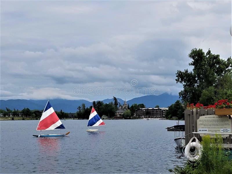 Barche a vela calme sul lago mirror fotografia stock