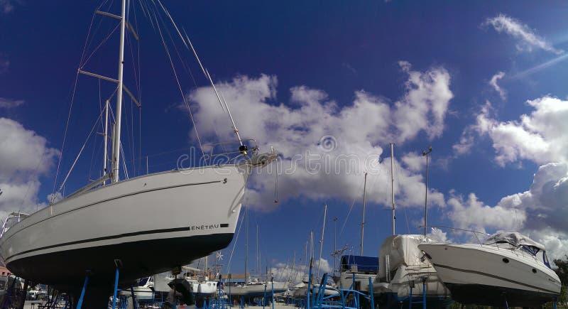 Barche a vela in cantiere navale fotografia stock libera da diritti