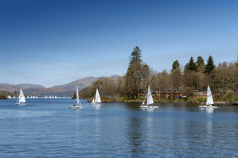 Barche a vela che corrono ad un evento di regata sul lago Windermere nel parco nazionale del distretto del lago, Inghilterra di n fotografie stock libere da diritti