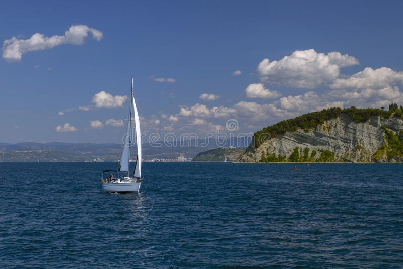 Barche a vela in chiaro tempo soleggiato sui mari calmi slovenia Mar Mediterraneo Vacanza di estate fotografie stock libere da diritti