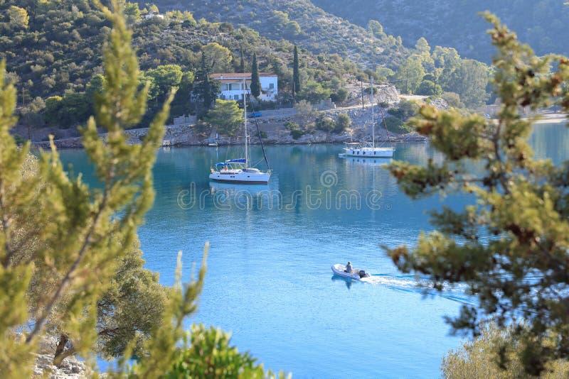 Barche a vela di mattina di estate che si ancorano nell'isola russa Grecia di Poros della baia fotografia stock
