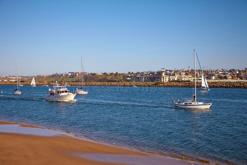 Barche a vela di nuovo a Marina Del Rey in California fotografie stock libere da diritti
