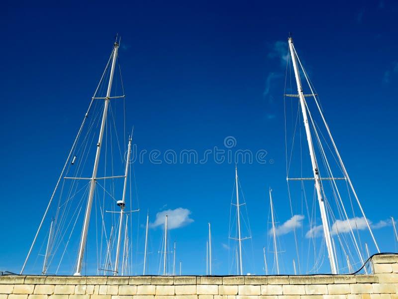 Barche a vela dietro una parete immagine stock