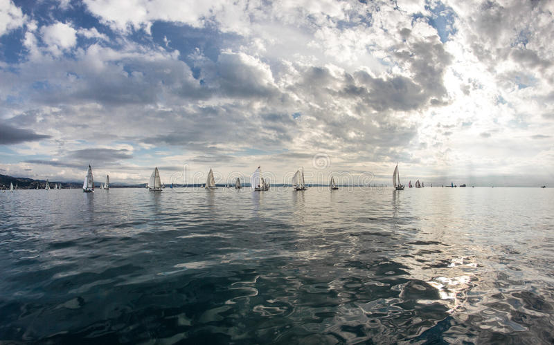 Barche a vela durante la corsa fotografie stock libere da diritti