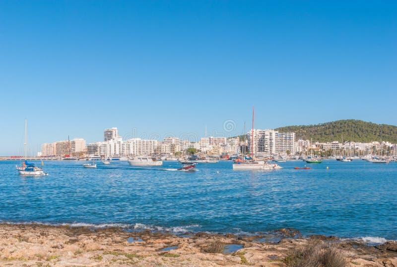 Barche a vela & imbarcazione da diporto attraccata Mattina nel porto di Sant Antoni de Portmany, città di Ibiza, Isole Baleari, S immagine stock libera da diritti