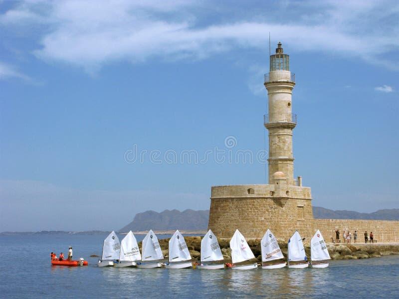 Barche a vela intorno al faro La Grecia, Creta, Chania immagini stock libere da diritti