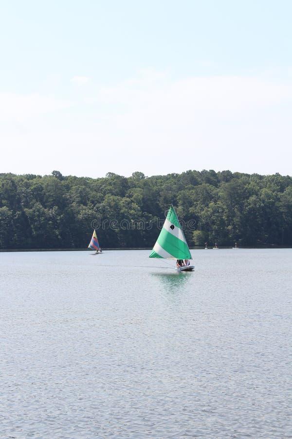 Barche a vela nel lago immagini stock