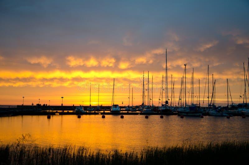 Barche a vela nel tramonto immagini stock