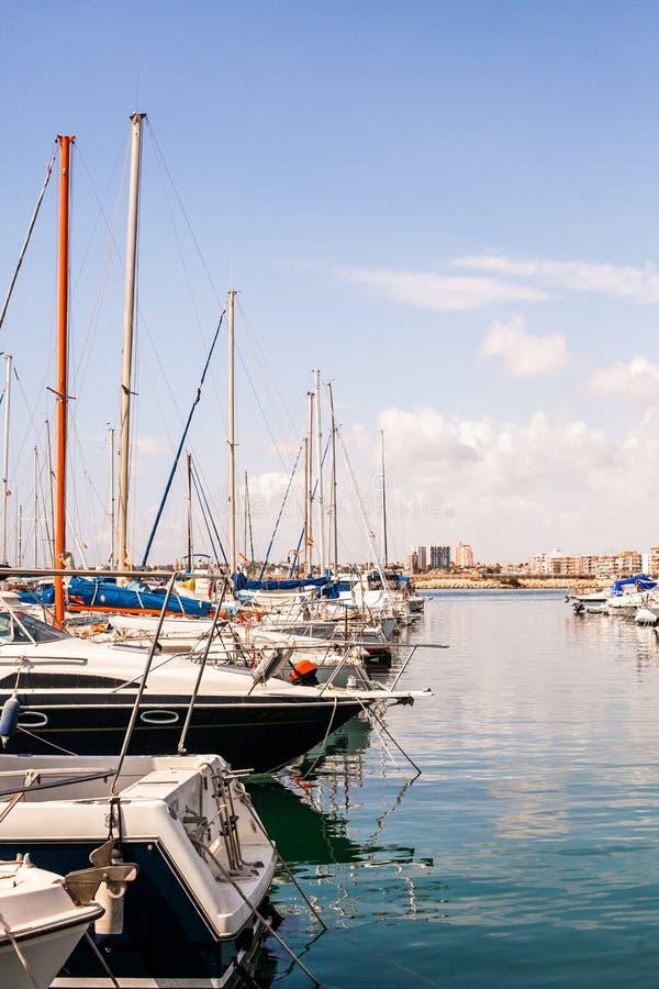 Barche a vela, pescherecci e yacht vicino da spese generali fotografia stock