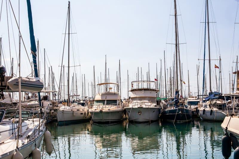 Barche a vela, pescherecci e yacht vicino da spese generali immagini stock libere da diritti