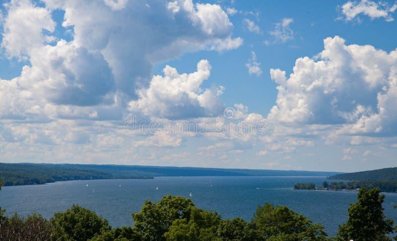 Barche a vela sul lago cayuga su Windy Day fotografia stock
