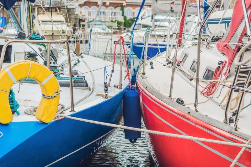 Barche a vela sul pilastro nell'yacht club fotografie stock libere da diritti