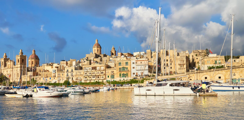 Barche a vela sul porticciolo di Senglea in grande baia, La Valletta, Malta, PA immagini stock