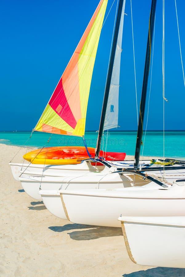 Barche a vela variopinte su una spiaggia cubana tropicale immagini stock