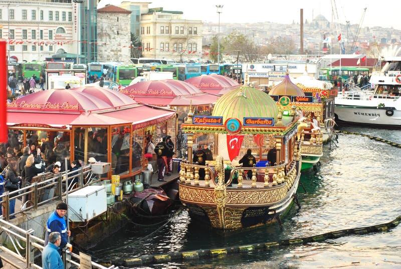 Barche vicino al ponte di Galata, Costantinopoli, Turchia fotografie stock libere da diritti