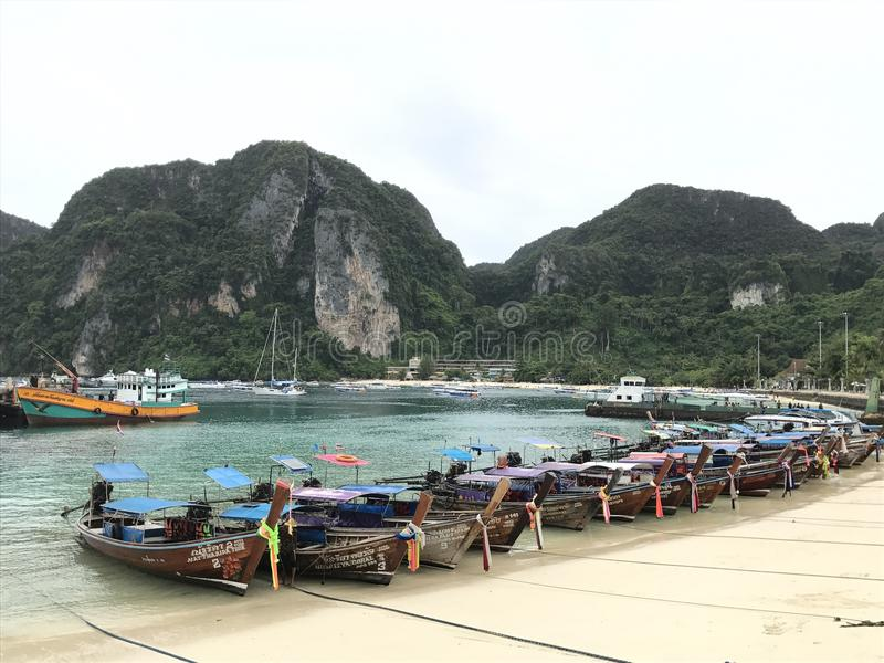 Barche vicino all'isola immagini stock libere da diritti