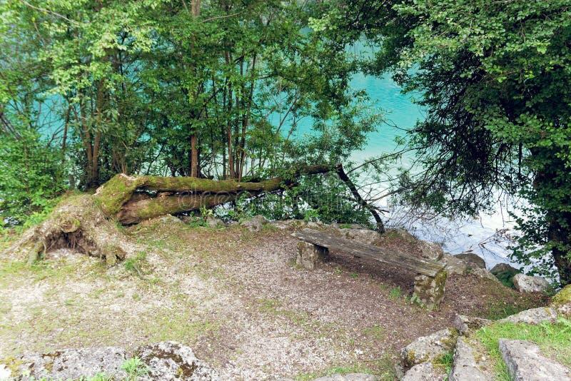 Barcis, Pordenone, Itália um lugar pitoresco com um banco foto de stock