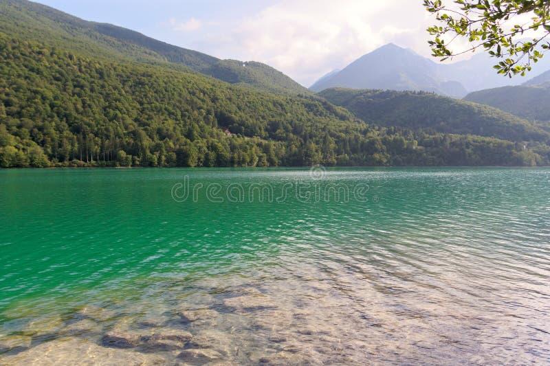 Barcis, Pordenone, Itália um lugar pitoresco pelo lago imagem de stock royalty free