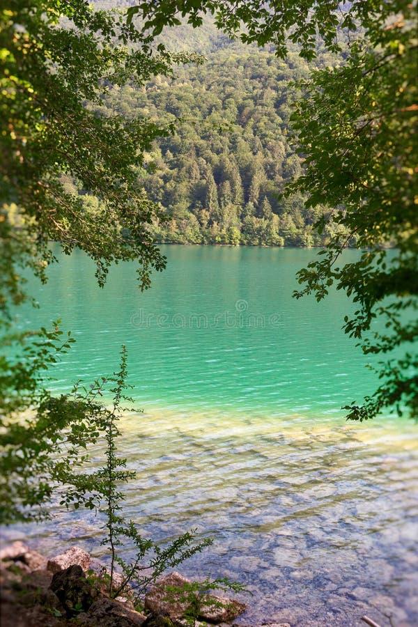 Barcis, Pordenone, Itália um lugar pitoresco pelo lago foto de stock
