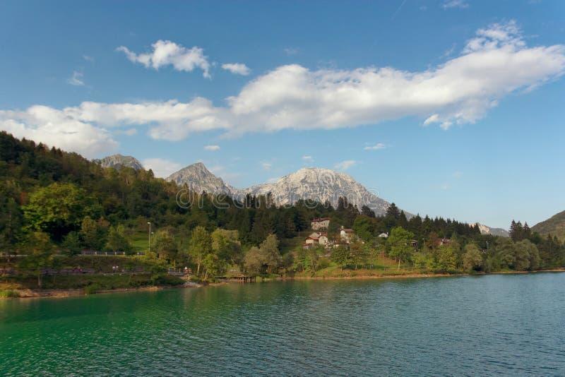 Barcis, Pordenone, Itália um lugar pitoresco pelo lago fotografia de stock