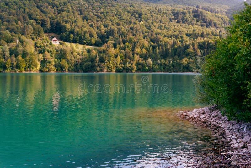 Barcis, Pordenone, Itália um lugar pitoresco pelo lago imagens de stock