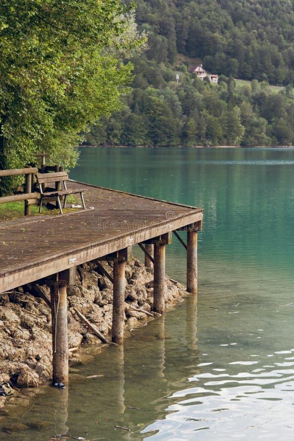 Barcis, Pordenone, Itália uma aldeia da montanha bonita no lago Barcis fotos de stock