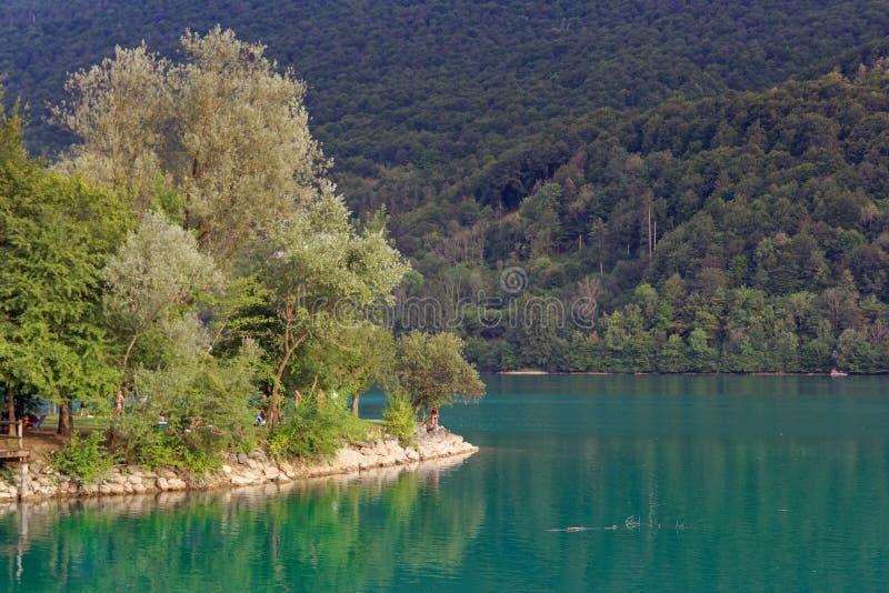 Barcis, Pordenone, Italia un posto pittoresco dal lago fotografia stock libera da diritti