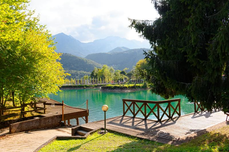 Barcis, Pordenone, Italie un beau village de montagne sur le lac Barcis images stock