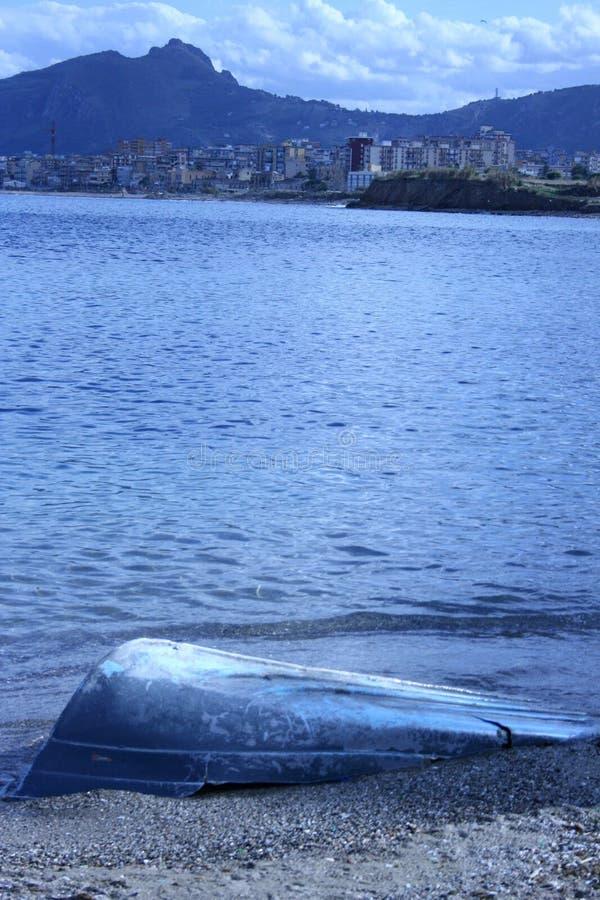 Barco abandonado & periferia   fotografia de stock royalty free