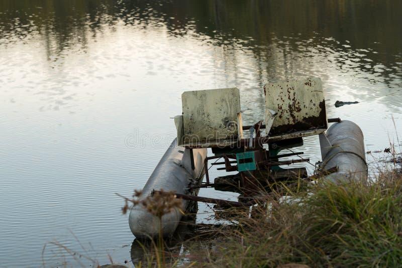 Barco abandonado do ciclo do pedalo no lago fotos de stock