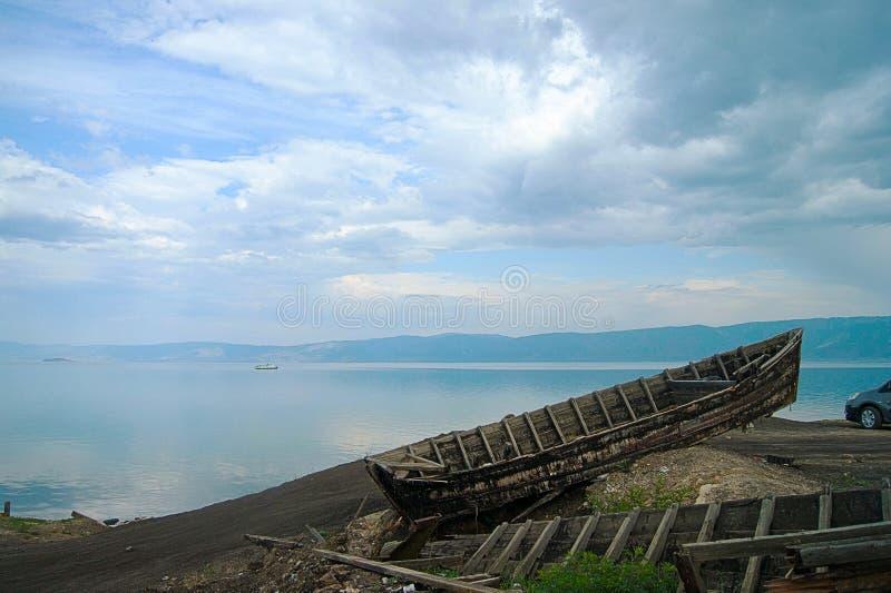 Barco abandonado en el lago Baikal fotografía de archivo