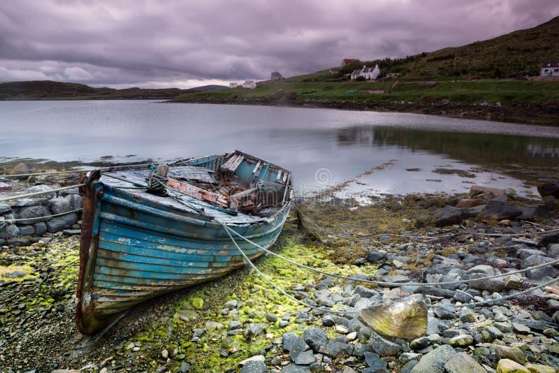 Barco abandonado en la isla de Lewis fotografía de archivo libre de regalías