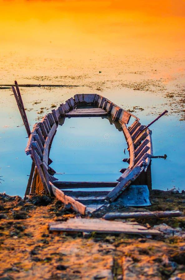 Barco abandonado fotografado no por do sol fotografia de stock royalty free