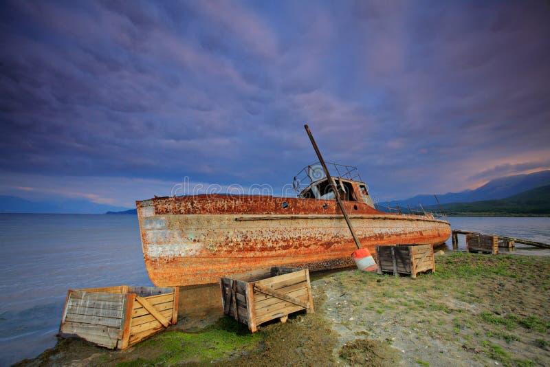 Barco abandonado no lago Prespa fotos de stock