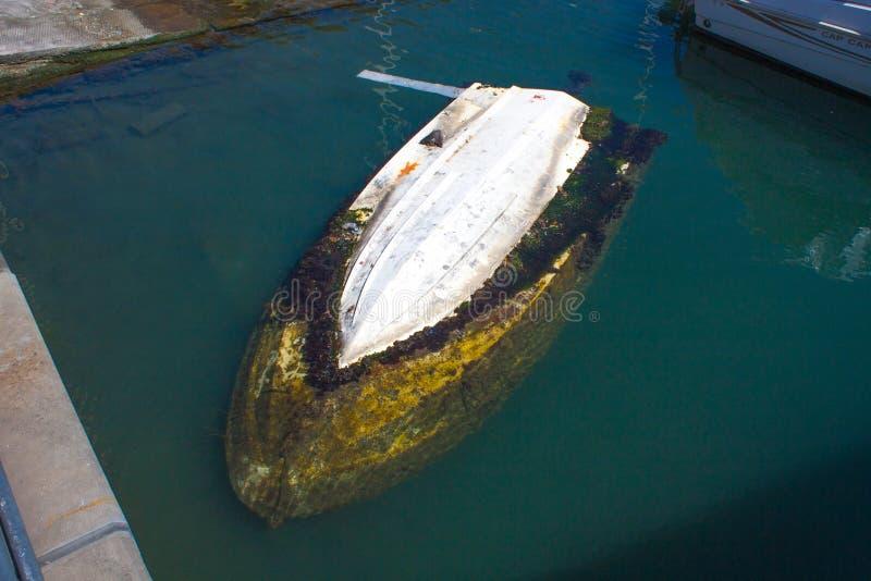 Barco afundado no porto em um mar fotografia de stock