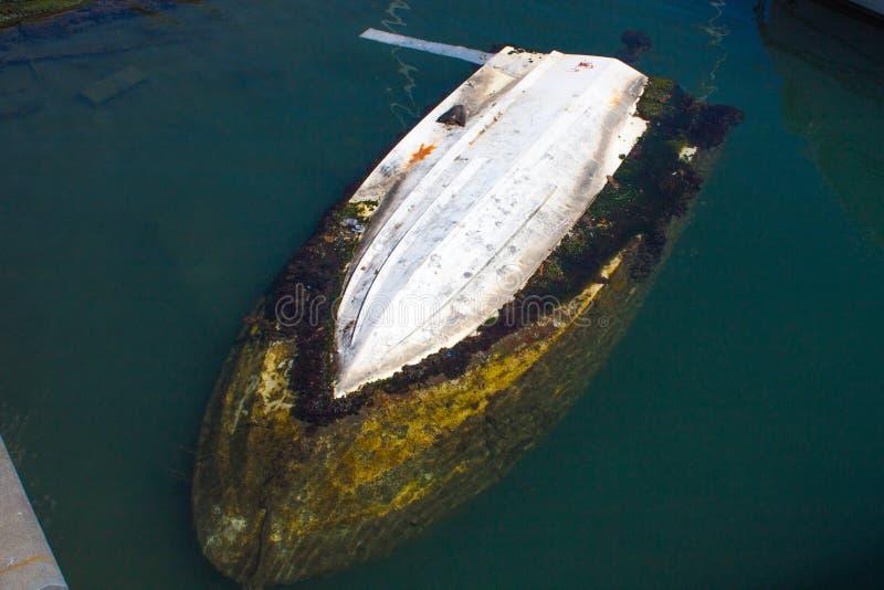 Barco afundado no porto em um mar foto de stock
