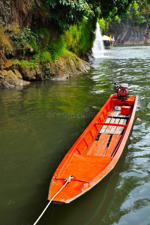 Barco alaranjado no kwai do rio foto de stock