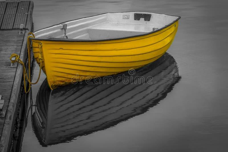 Barco amarillo en arte contemporáneo del fondo blanco y negro imagenes de archivo