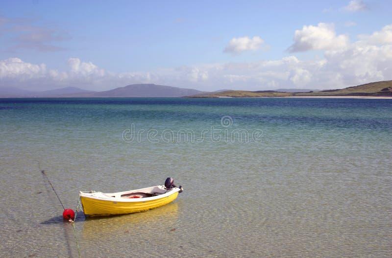 barco amarillo por la playa fotografía de archivo