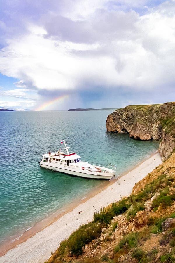 Barco amarrado à costa do Lago Baikal foto de stock