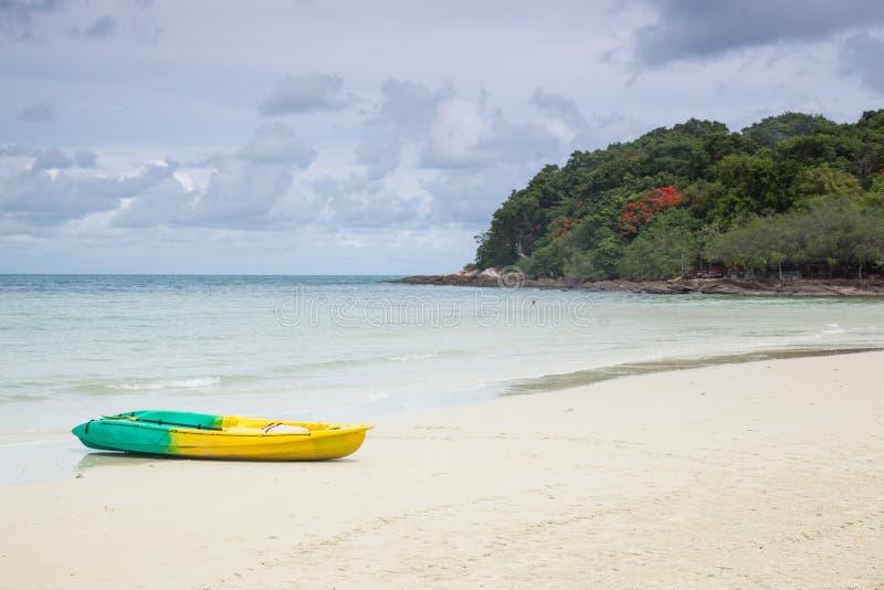 Barco amarrado en la arena de la playa. foto de archivo