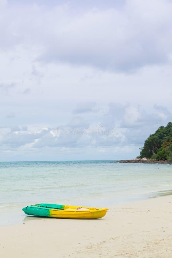 Barco amarrado en la arena de la playa. imagen de archivo libre de regalías