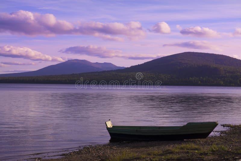 Barco amarrado no lago foto de stock