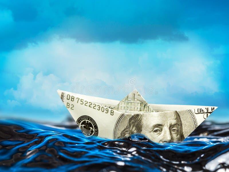 Barco americano del dólar en el agua tempestuosa foto de archivo libre de regalías