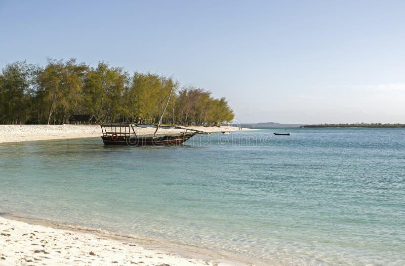 Barco ao longo da praia, Nungwi, Zanzibar, Tanzânia fotos de stock royalty free